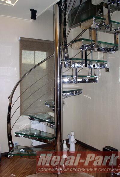 Винтовая лестница в коттедже