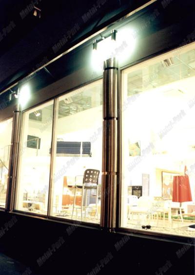 Декоративный стеклянный навес с полуколоннами и светильниками из нержавеющей стали