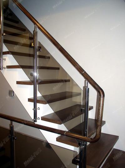 Классическое ограждение лестницы со стеклом