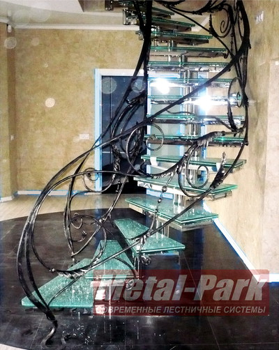 Кованые ограждения стеклянной лестницы