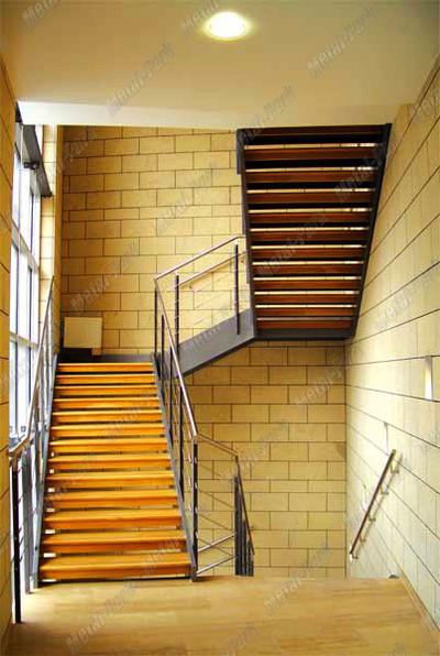 Лестница на металлических тетивах в торговом центре