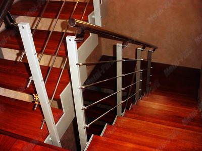 Лестница на металлических тетивах