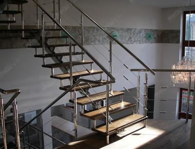 Лестница на центральном косоуре и больцах