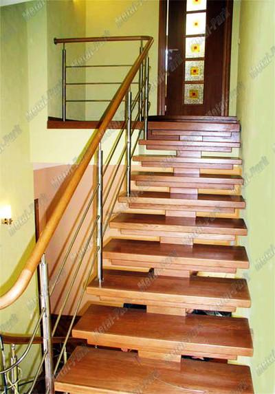 Лестница на центральном косоуре с облицовкой из массива бука