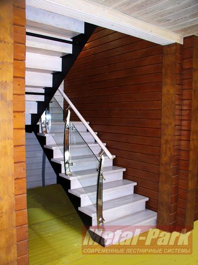 Лестница с подступенками на листовых косоурах
