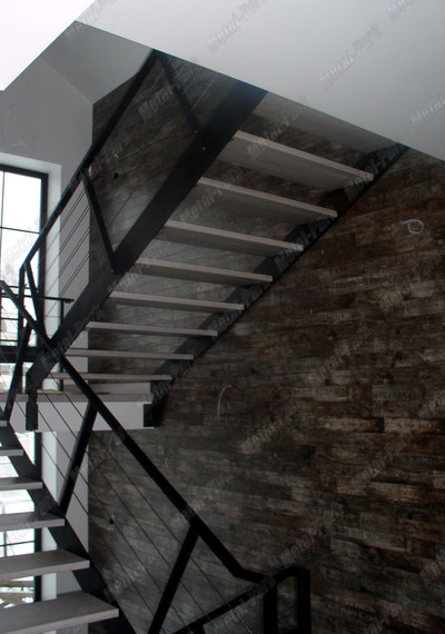 Лестница с тросовыми ограждениями в коттедже