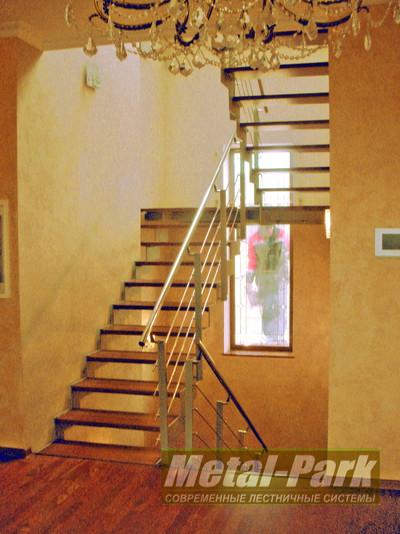Маршевая лестница на листовых пилообразных тетивах