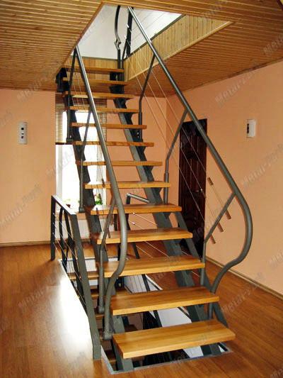 Маршевая лестница на профильных косоурах с тросовыми ограждениями