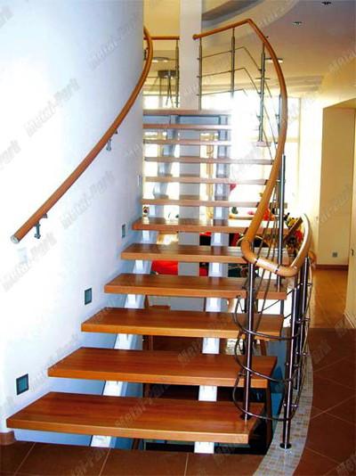 Маршевая лестница на прямых металлических косоурах с буковыми ступенями