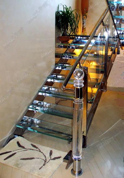 Маршевая лестница на тетивах из нержавеющей стали со ступенями optiwhite