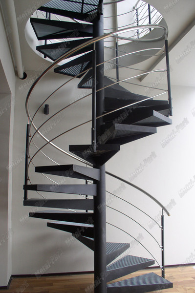 Металлическая винтовая лестница со ступенями из ПРН
