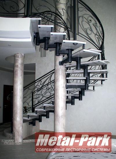 Модульная лестница с кованым ограждением
