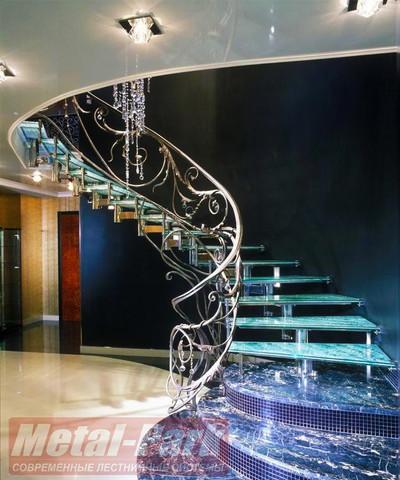 Модульная стеклянная лестница с коваными перилами