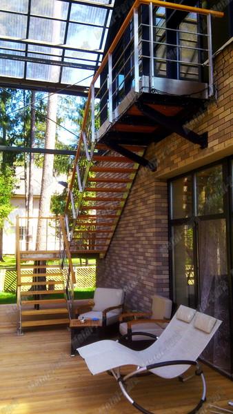Наружная лестница из нержавеющей стали и лиственницы