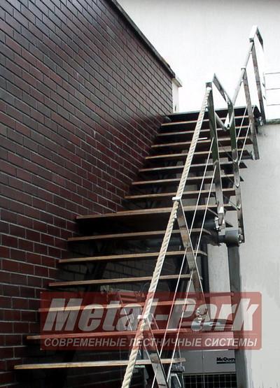 Наружная лестница с тросовым ограждением и канатом
