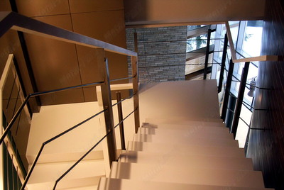Облицовка металлических лестничных маршей искусственным камнем corian