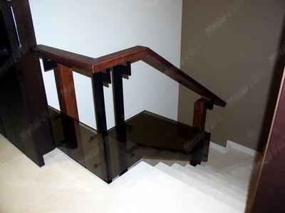 Ограждения лестницы из дуба, металла и стекла