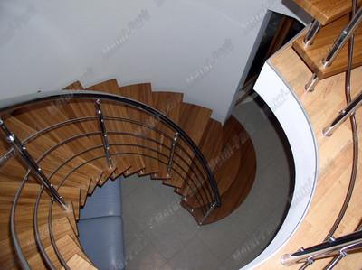 Спиральная лестница в коттедже