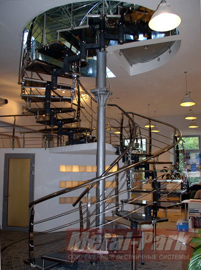 Спиральная лестница в офисе