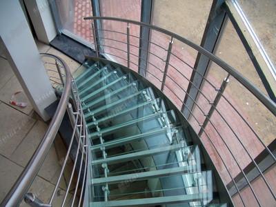 Спиральная лестница за стеклянным фасадом