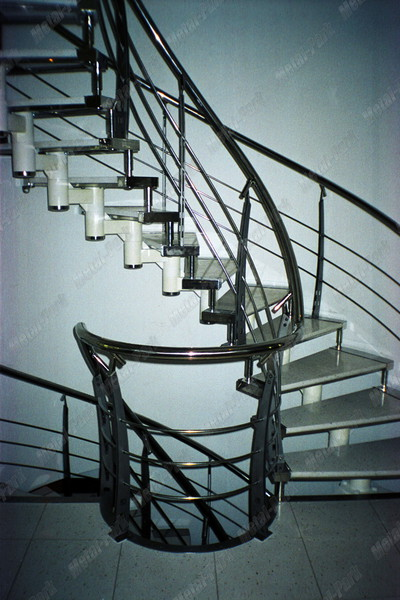 Спиральная модульная лестница в коттедже