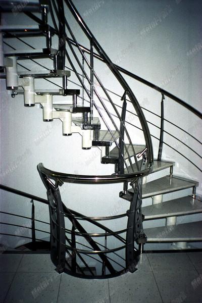 Спиральная модульная лестница в коттедже2