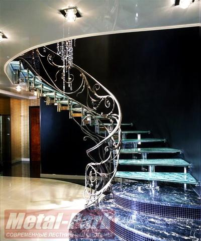 Спиральная стеклянная лестница с кованым ограждением