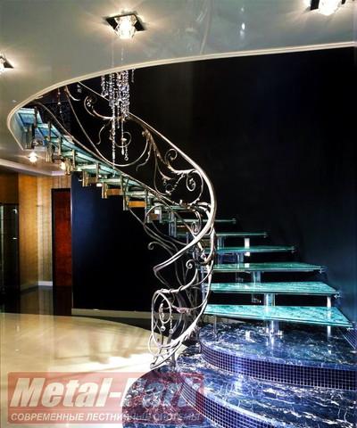 Спиральная стеклянная лестница с кованым ограждением1