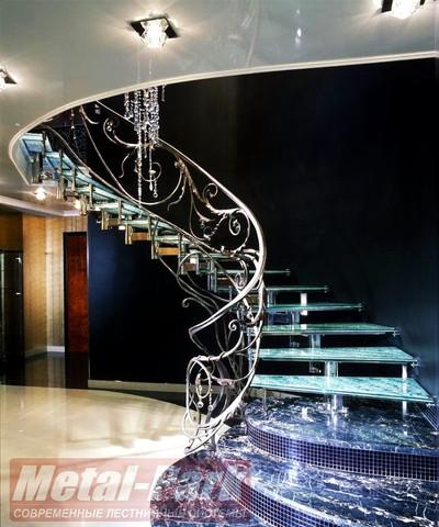 Спиральная стеклянная лестница с кованым ограждением2
