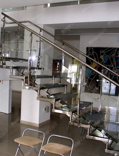 Стеклянная лестница в галерее КРАСНЫЙ КУБ