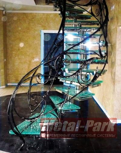 Стеклянная модульная лестница с кованым ограждением