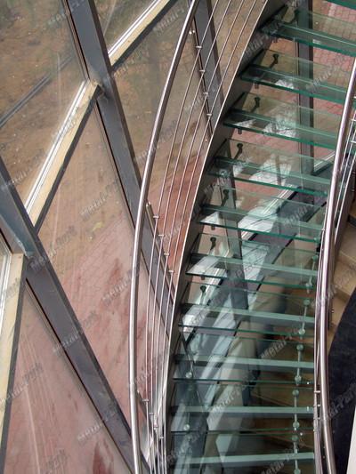 Стеклянная спиральная лестница
