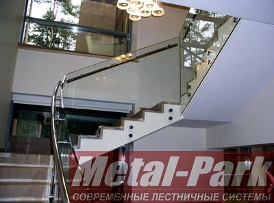 Стеклянные ограждения лестницы с моллированным стеклом