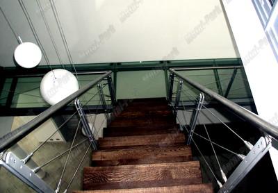 Стеклянный мостик и лестница на мансарду