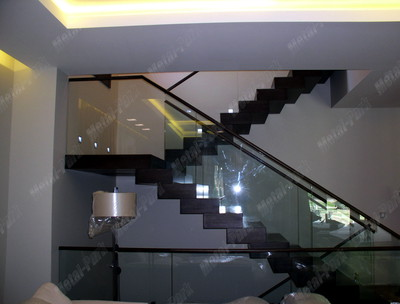 Цельностеклянные ограждения лестницы с дубовым поручнем